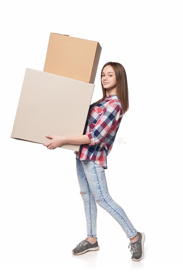 Χαμόγελο των νέων κουτιών από χαρτόνι εκμετάλλευσης γυναικών στο πλήρες μήκος στοκ εικόνες με δικαίωμα ελεύθερης χρήσης