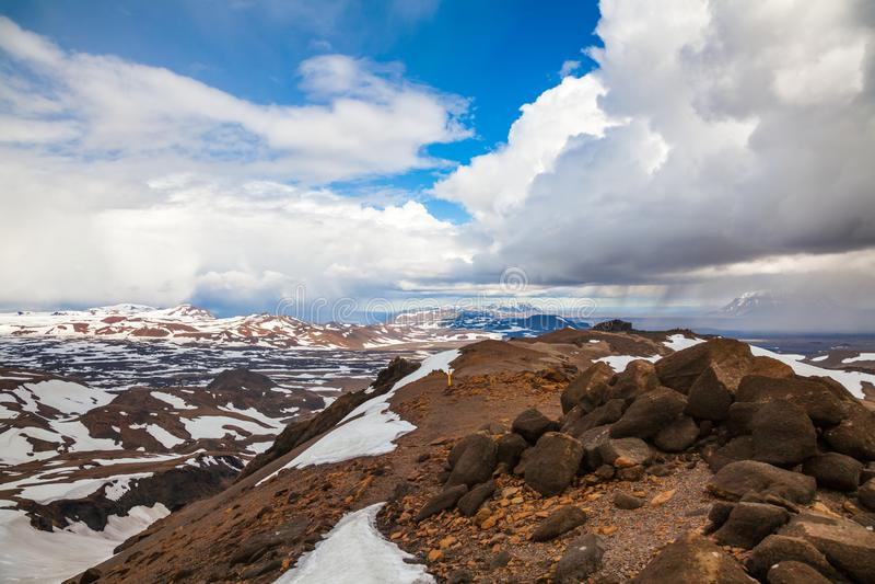 Χαρακτηρισμένο ίχνος τουριστών caldera Askja με το βουνό tuya Herdubreid στο Χάιλαντς υποβάθρου της Ισλανδίας Σκανδιναβία στοκ φωτογραφία με δικαίωμα ελεύθερης χρήσης