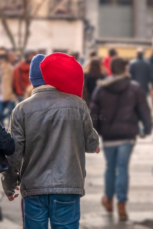 Χαρακτηριστική σκηνή στην Ισπανία Ένα άτομο φέρνει ένα μεγάλο ξηρός-θεραπευμένο ηλικίας ισπανικό serrano Jamon ζαμπόν που γίνεται στοκ εικόνες