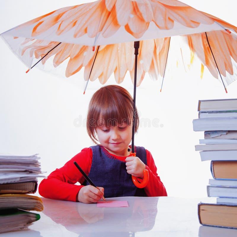 Χαριτωμένος λίγο επιχειρησιακό κορίτσι παιδιών με την ομπρέλα που προστατεύεται από τη βροχή ως σύμβολο της προστασίας από οικονο στοκ εικόνες