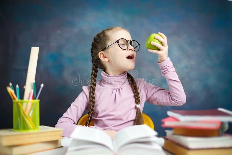 Χαριτωμένος λίγο καυκάσιο πορτρέτο μελέτης κοριτσιών σπουδαστών στοκ εικόνα