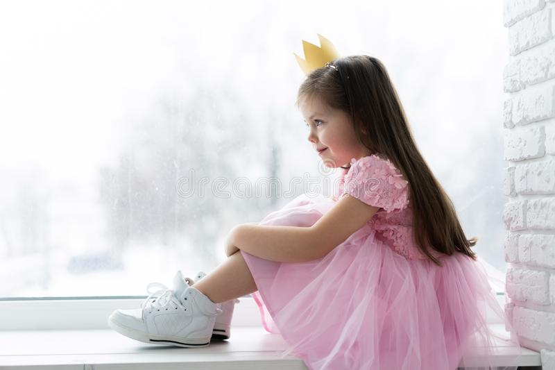 Χαριτωμένο μικρό κορίτσι σε ένα κοστούμι πριγκηπισσών Όμορφο παιδί που προετοιμάζεται για ένα κόμμα κοστουμιών Όμορφη βασίλισσα σ στοκ εικόνα