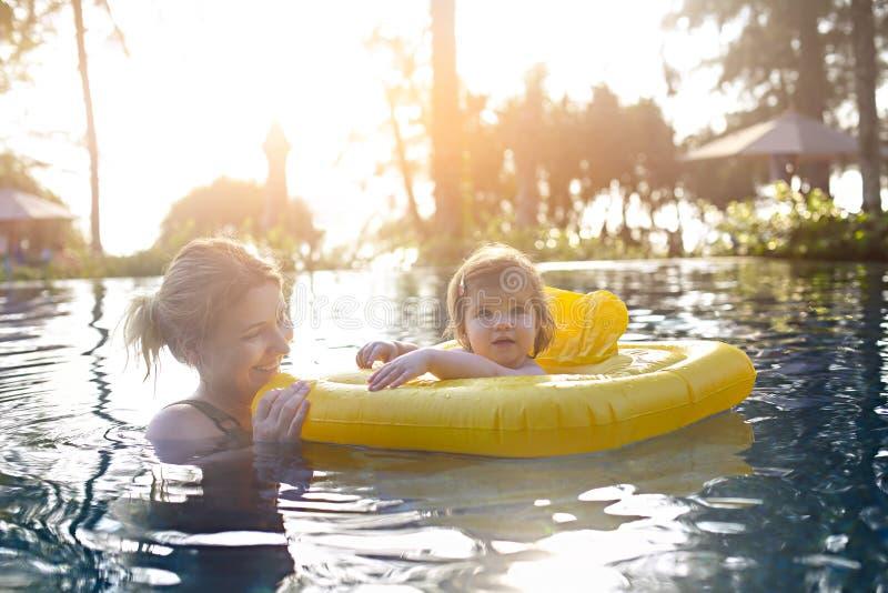 Χαριτωμένο μικρό κορίτσι που μαθαίνει να κολυμπά με τη μητέρα στη λίμνη στοκ εικόνες με δικαίωμα ελεύθερης χρήσης