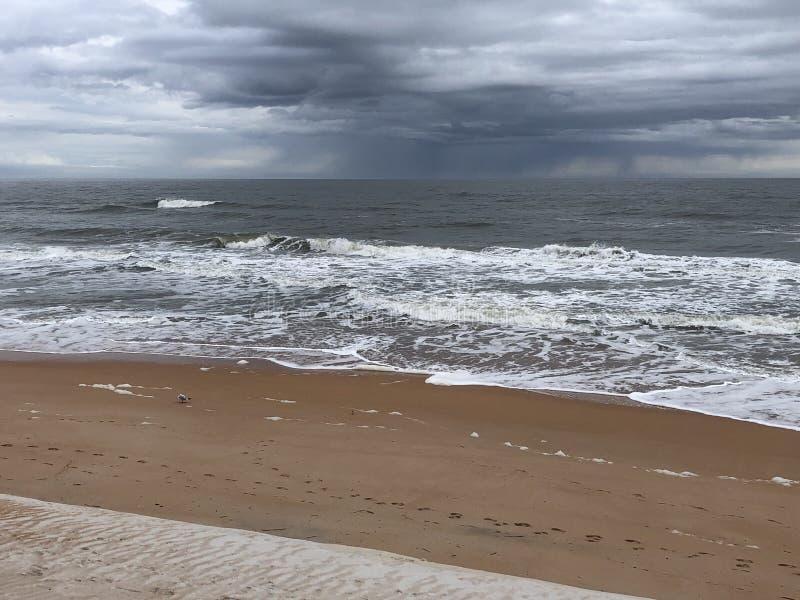 Χειμερινή παραλία με τη θύελλα στον ορίζοντα στοκ εικόνες