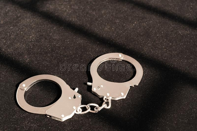 Χειροπέδες κάτω από τη σκιά ενός εμποδίου μετάλλων στοκ εικόνα με δικαίωμα ελεύθερης χρήσης