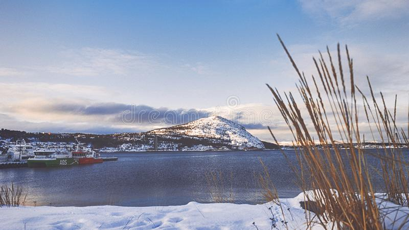 Χιονώδες βουνό κοντά στη λίμνη στοκ φωτογραφίες με δικαίωμα ελεύθερης χρήσης