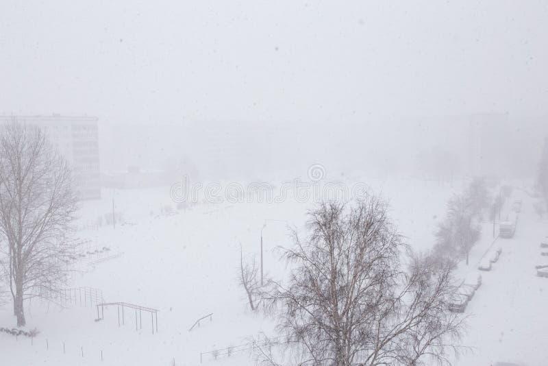 Χιονώδες τοπίο - άποψη χιονοθυελλών από τον εναέριο κηφήνα παραθύρων που πυροβολείται με τη φτωχή διαφάνεια στοκ εικόνα