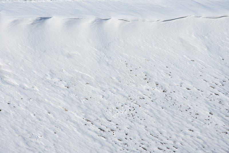 Χιόνι στην κλίση του λόφου, ο σχηματισμός της χιονοστιβάδας που δεν κατεβαίνουν στοκ εικόνες με δικαίωμα ελεύθερης χρήσης