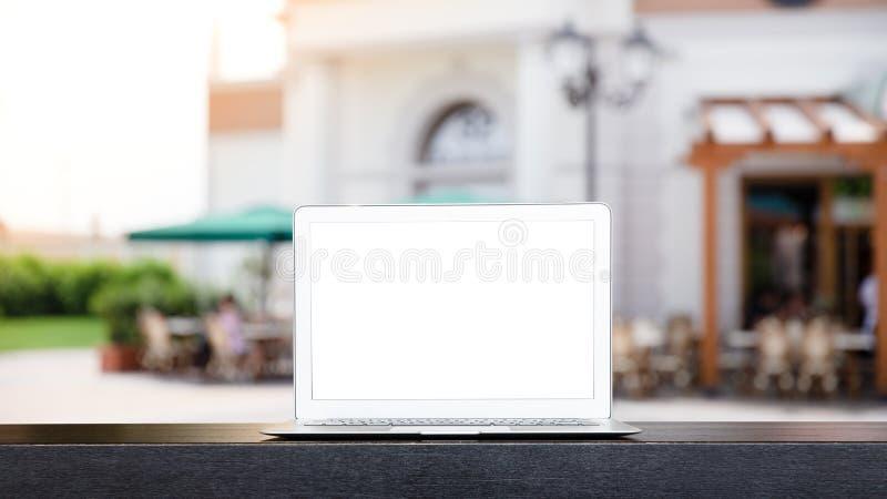 Χλεύη επάνω του σύγχρονου υπολογιστή ή του lap-top με το θολωμένο αφηρημένο υπόβαθρο του υπαίθριου καφέ στη Βενετία, Ιταλία στοκ φωτογραφία