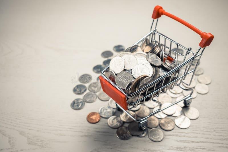 Χρήματα στο κάρρο αγορών στοκ φωτογραφία