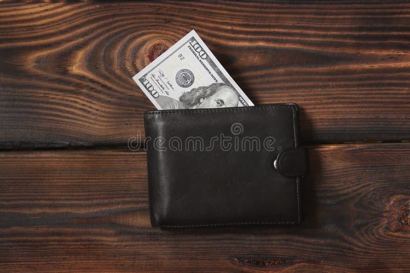 Χρήματα στο πορτοφόλι σας Δολάρια σε ένα ξύλινο υπόβαθρο στοκ φωτογραφίες με δικαίωμα ελεύθερης χρήσης
