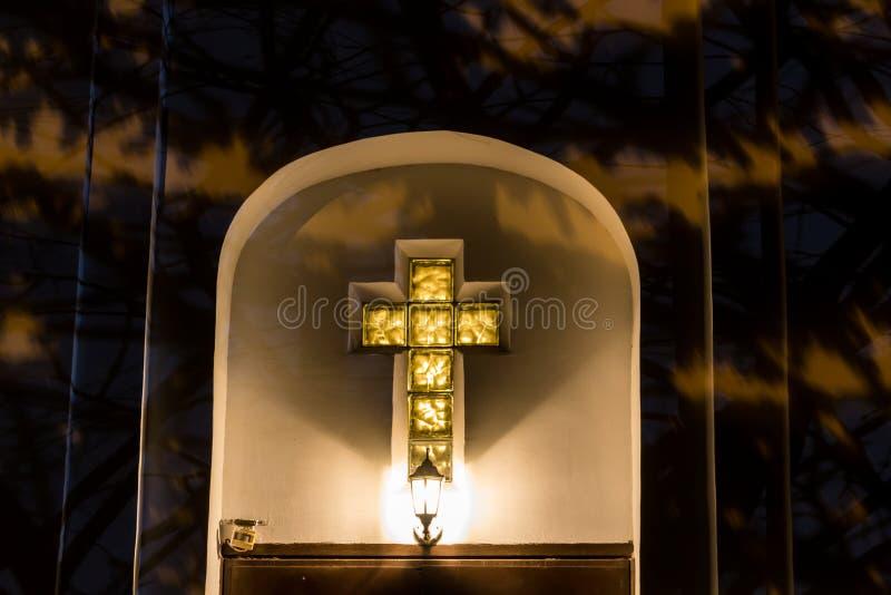 Χριστιανικός σταυρός στην πρόσοψη της εκκλησίας τη νύχτα στοκ εικόνες με δικαίωμα ελεύθερης χρήσης