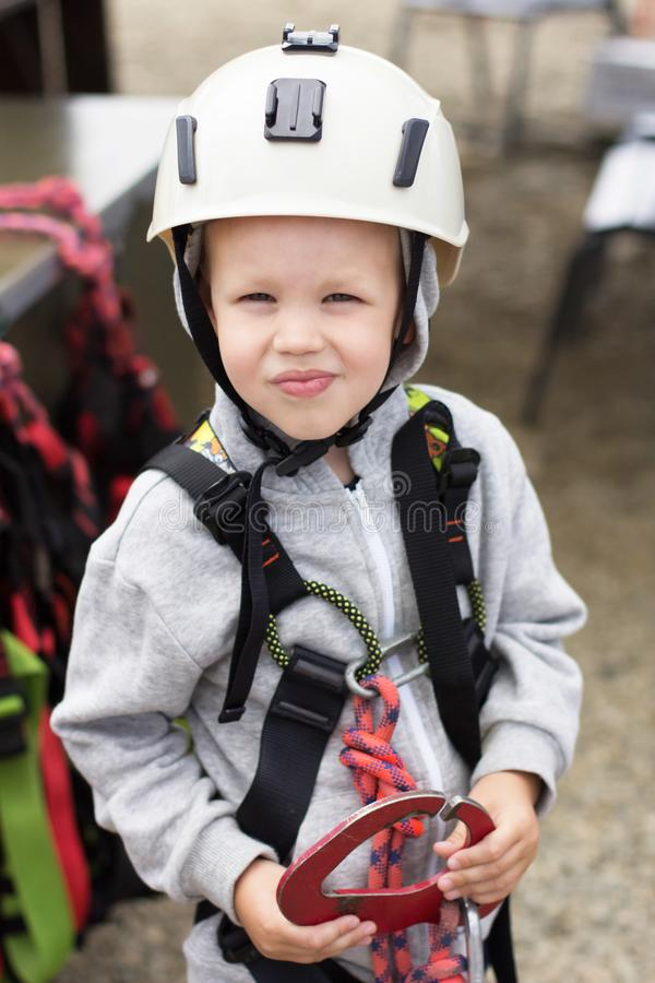 5χρονο αγόρι σε ένα κράνος και εξοπλισμός για την ορειβασία στοκ εικόνες με δικαίωμα ελεύθερης χρήσης