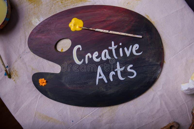 Χρώμα καλλιτεχνών επισκόπησης που αναμιγνύει τις δημιουργικές τέχνες παλετών που χρωματίζονται στο υγρό χρώμα στοκ φωτογραφίες με δικαίωμα ελεύθερης χρήσης