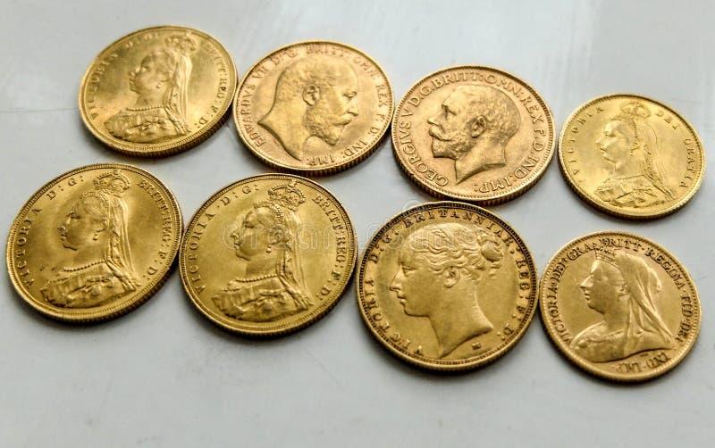 Χρυσά κυρίαρχα νομίσματα, μικτές ημερομηνίες, μπροστινό και πίσω μέρος στοκ φωτογραφίες με δικαίωμα ελεύθερης χρήσης