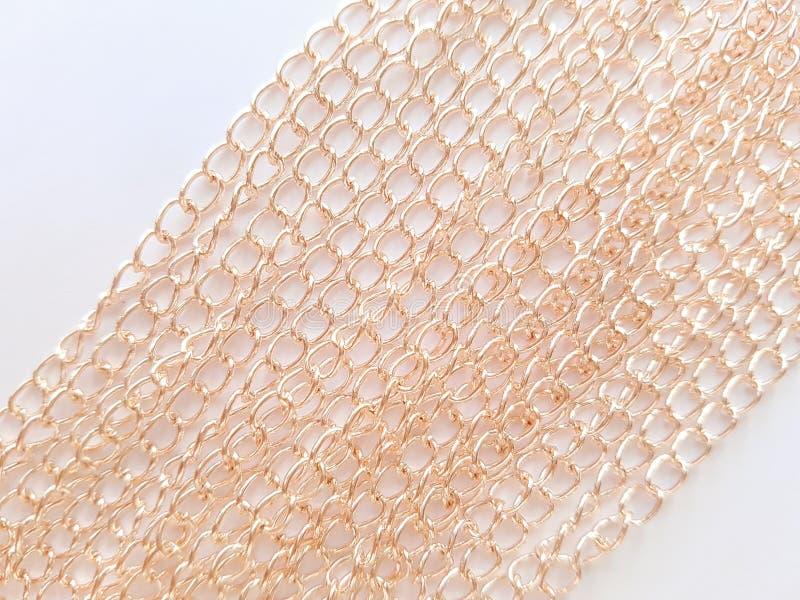 Χρυσές αλυσίδες σε ένα άσπρο υπόβαθρο στοκ φωτογραφία με δικαίωμα ελεύθερης χρήσης