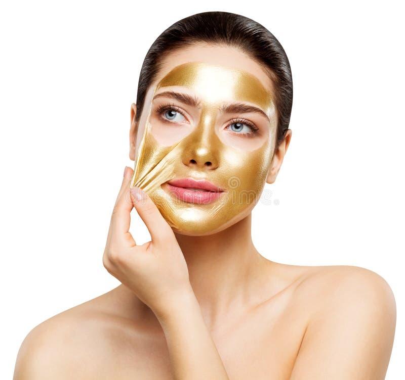 Χρυσή μάσκα γυναικών, όμορφο πρότυπο που αφαιρούν το χρυσό του προσώπου καλλυντικό δερμάτων, ομορφιά Skincare και επεξεργασία στοκ εικόνα