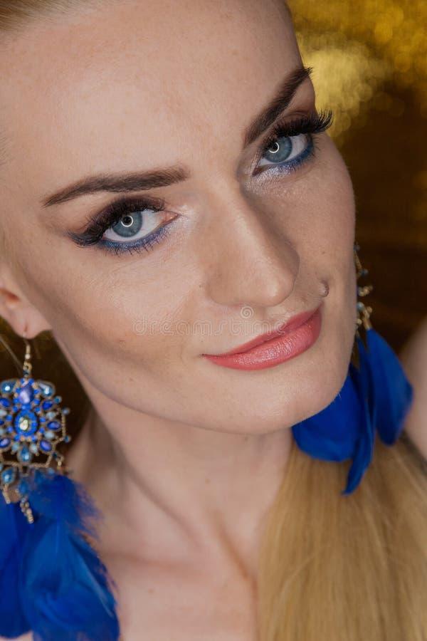 Χρυσή όμορφη γυναίκα μόδας, πρότυπο με τη λαμπρή υγιή μακριά τρίχα όγκου Όγκος updo μπουκλών κυμάτων hairstyle Γυναίκα ομορφιάς μ στοκ εικόνες