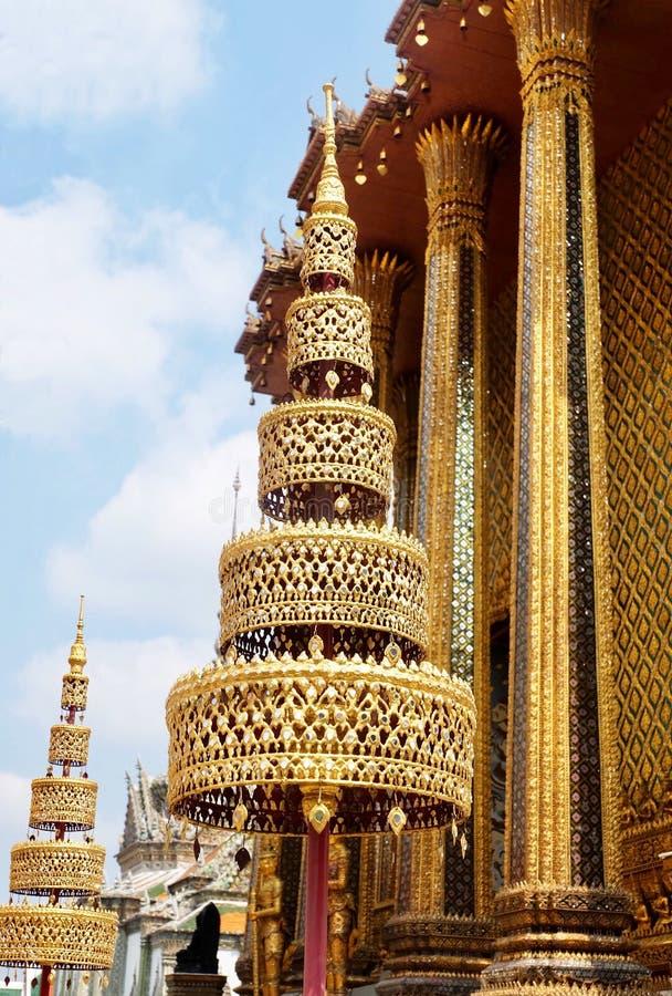 Χρυσή τοποθετημένη στη σειρά ομπρέλα πέντε σε Wat Phra Kaew, Ταϊλάνδη στοκ φωτογραφίες με δικαίωμα ελεύθερης χρήσης