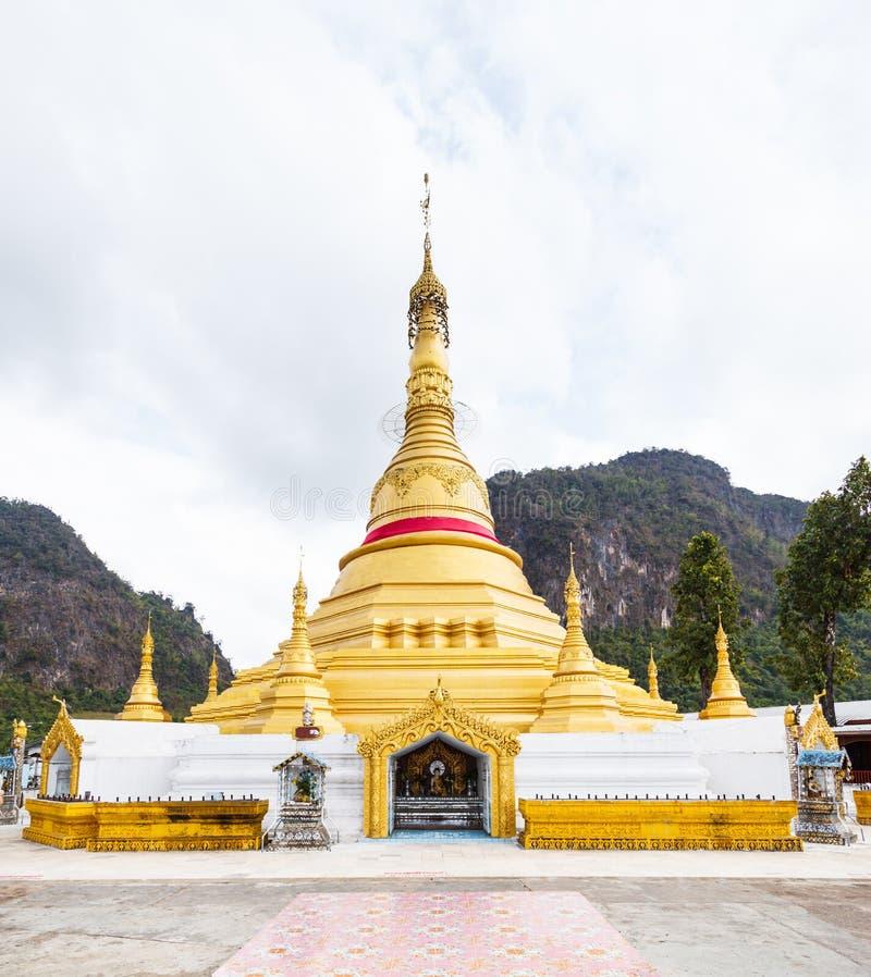 Χρυσή παγόδα, ορόσημο Tai TA Ya στο μοναστήρι, βουδιστικός ναός σε Payathonsu, κράτος Kayin, το Μιανμάρ Ταξίδι Ταϊλάνδη το Μιανμά στοκ φωτογραφία με δικαίωμα ελεύθερης χρήσης