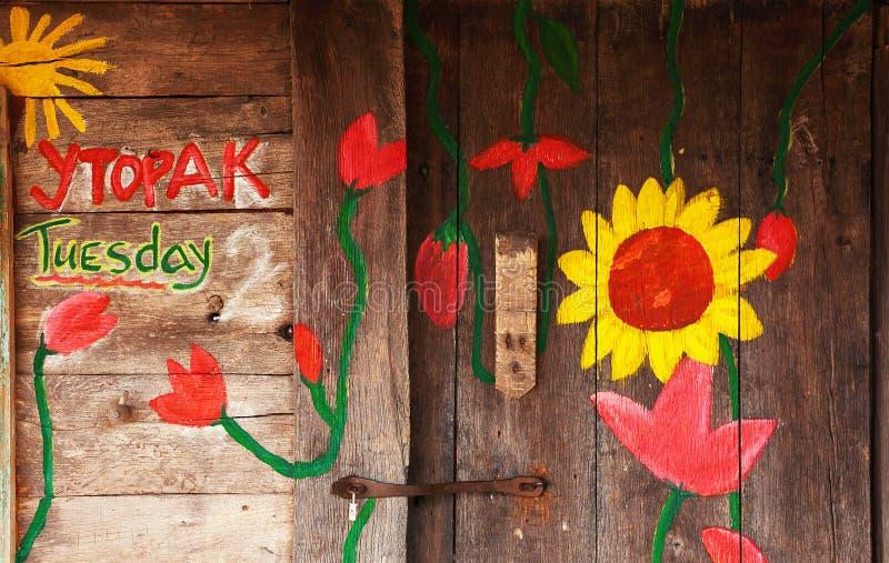 Χρωματισμένα λουλούδια στο ξύλινο σπίτι στοκ φωτογραφία με δικαίωμα ελεύθερης χρήσης