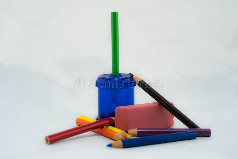 Χρωματισμένα μολύβια με sharpener και τη γόμα στοκ φωτογραφίες