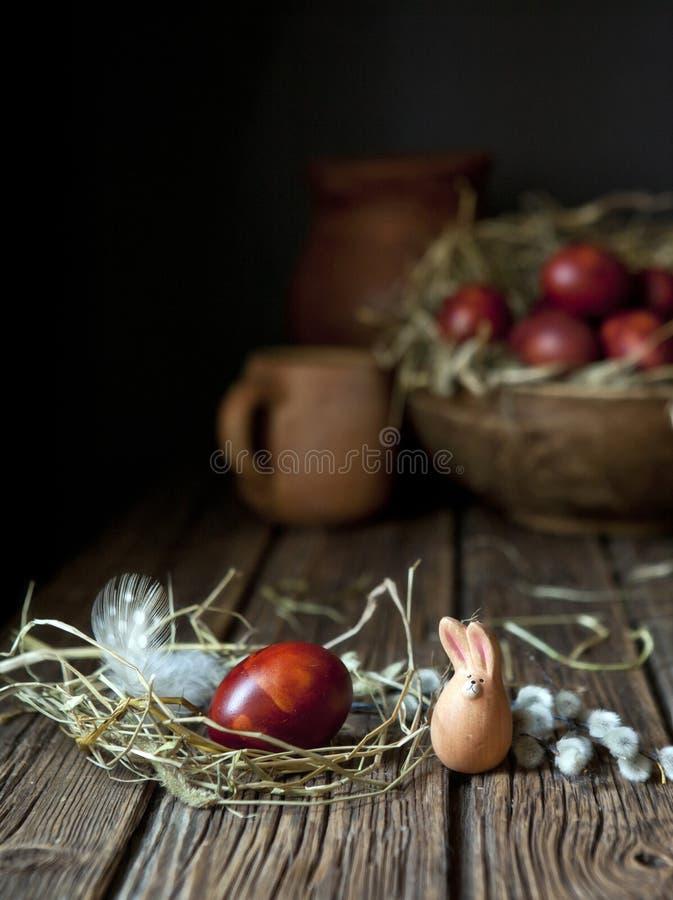 Χρωματισμένες αυγά Πάσχας και ιτιά Ακόμα ζωή στο εκλεκτής ποιότητας ύφος Εκλεκτική εστίαση, ρηχό βάθος του πεδίου στοκ φωτογραφία με δικαίωμα ελεύθερης χρήσης