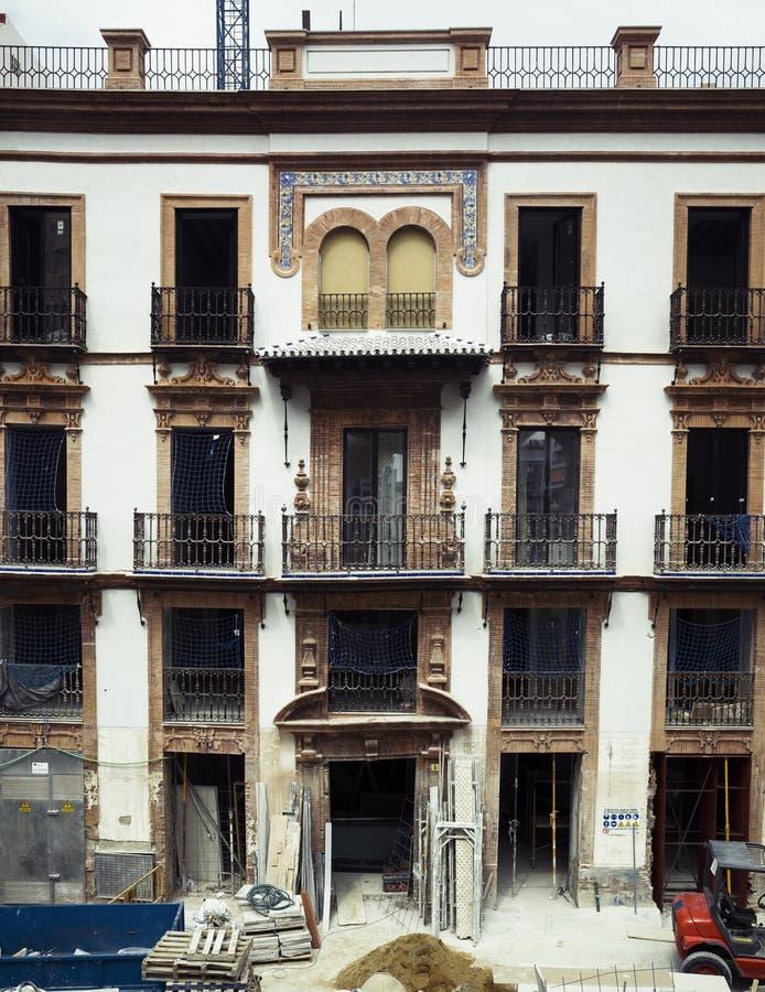 Χτίζοντας την πρόσοψη που αποκαθίσταται, Σεβίλλη, Ισπανία στοκ εικόνες