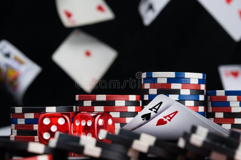 Χωρίζει σε τετράγωνα και δύο κάρτες άσσων που περιβάλλονται από το υπόβαθρο τσιπ πόκερ των μειωμένων καρτών στοκ φωτογραφία με δικαίωμα ελεύθερης χρήσης