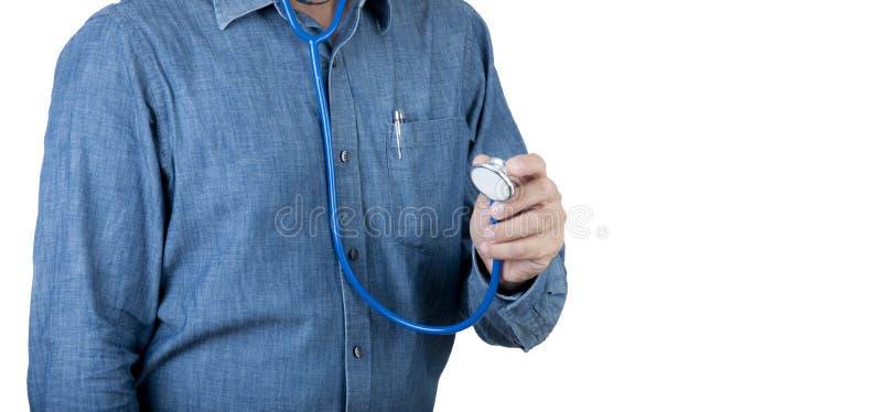 Υγειονομική περίθαλψη και ιατρική έννοια Γιατρός υγειονομικής περίθαλψης με το μπλε στηθοσκόπιο χρήσης πουκάμισων στο υπόβαθρο απ στοκ φωτογραφία
