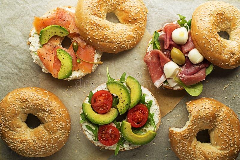Υγιές Bagel σάντουιτς με το σολομό και το ζαμπόν αβοκάντο στοκ φωτογραφία