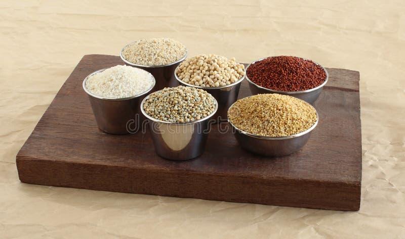 Υγιή χορτοφάγα τρόφιμα κεχριού στα κύπελλα χάλυβα στοκ φωτογραφία με δικαίωμα ελεύθερης χρήσης