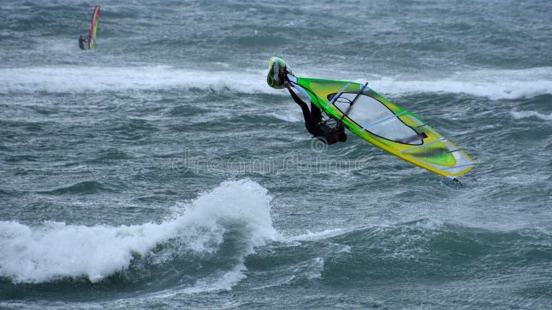 Υψηλό άλμα Windsurfing στη θύελλα στοκ εικόνα