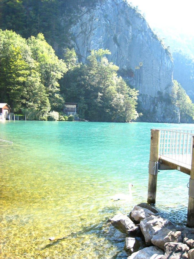 Υπέροχα δείτε με ένα προσγειωμένος στάδιο και μια τυρκουάζ μπλε ελβετική λίμνη με τα χιονισμένα βουνά στοκ φωτογραφίες με δικαίωμα ελεύθερης χρήσης