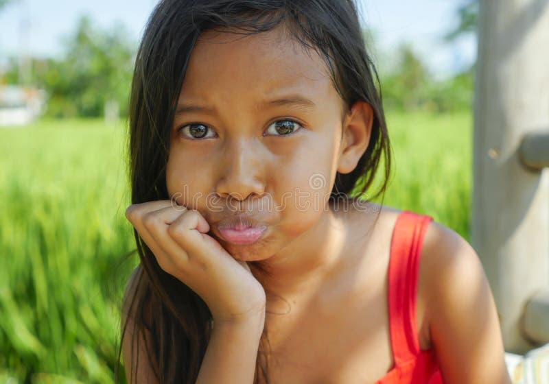 Υπαίθρια το πορτρέτο τρόπου ζωής των όμορφων και γλυκών ευτυχών θέτοντας κάνοντας εύθυμων προσώπων νέων κοριτσιών, το παιδί έντυσ στοκ φωτογραφία με δικαίωμα ελεύθερης χρήσης