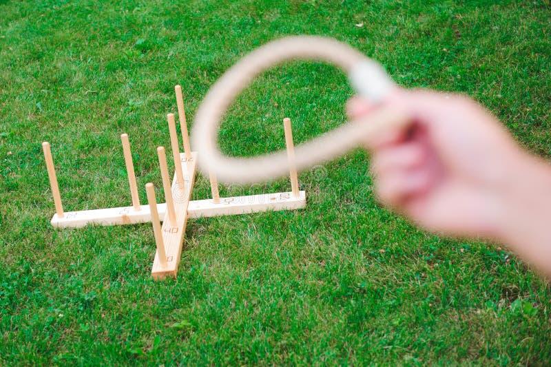 Υπαίθρια παιχνίδια - εκτίναξη δαχτυλιδιών παιχνιδιού τύπων σε ένα πάρκο στοκ εικόνες