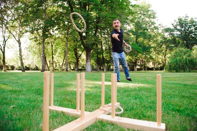 Υπαίθρια παιχνίδια - εκτίναξη δαχτυλιδιών παιχνιδιού τύπων σε ένα πάρκο στοκ φωτογραφία με δικαίωμα ελεύθερης χρήσης