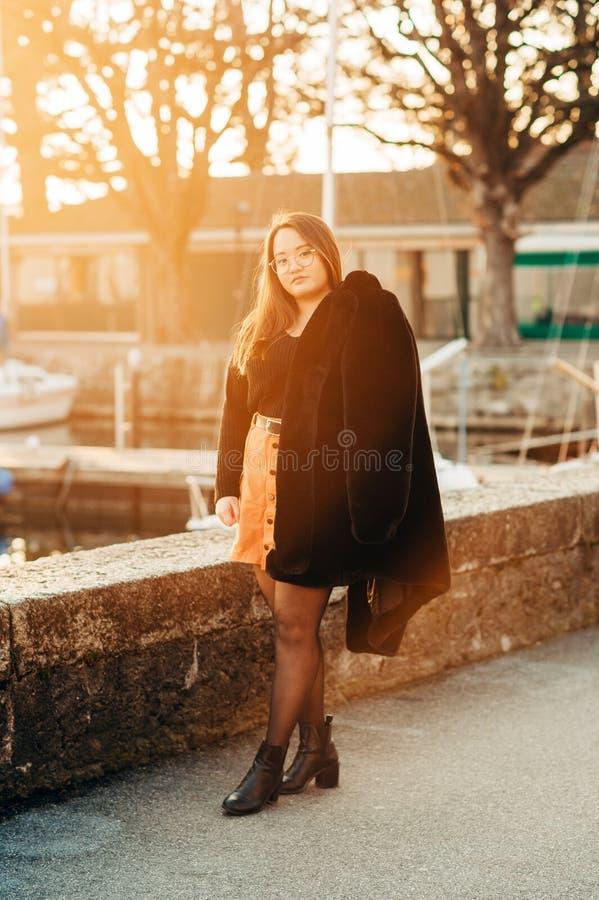 Υπαίθριο πορτρέτο του όμορφου ασιατικού κοριτσιού στοκ εικόνα