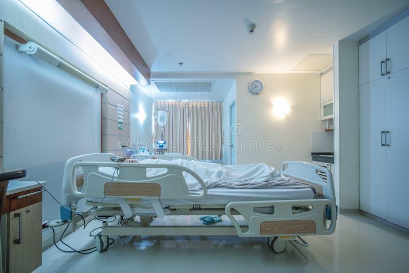 Υπομονετικό μονόκλινο αποκατάστασης με πλήρως εφοδιασμένος με έναν θηλυκό ασθενή με την αλατούχο μονάδα στο κρεβάτι στοκ φωτογραφίες