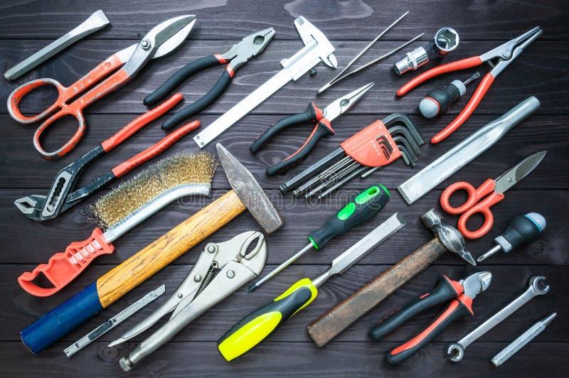 Υπόβαθρο από τα διάφορα εργαλεία στον ξύλινο πάγκο εργασίας Τοπ όψη στοκ εικόνες