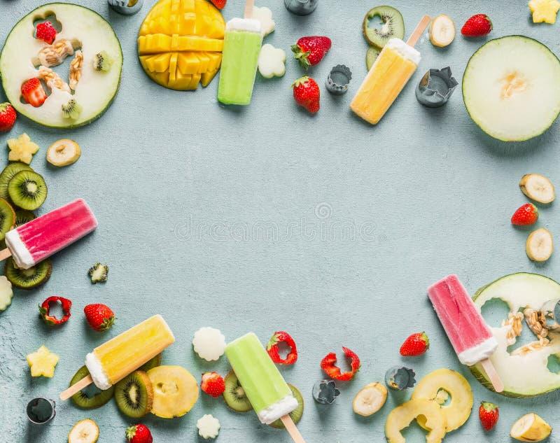Υπόβαθρο θερινών τροφίμων με το διάφορο ζωηρόχρωμο παγωτό popsicle, τους νωπούς καρπούς και τα μούρα, τοπ άποψη, πλαίσιο στοκ φωτογραφίες με δικαίωμα ελεύθερης χρήσης