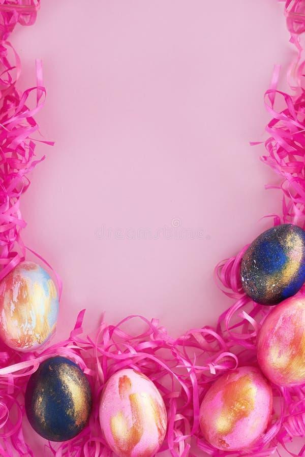 Υπόβαθρο πλαισίων με τα αυγά Πάσχας στοκ εικόνες