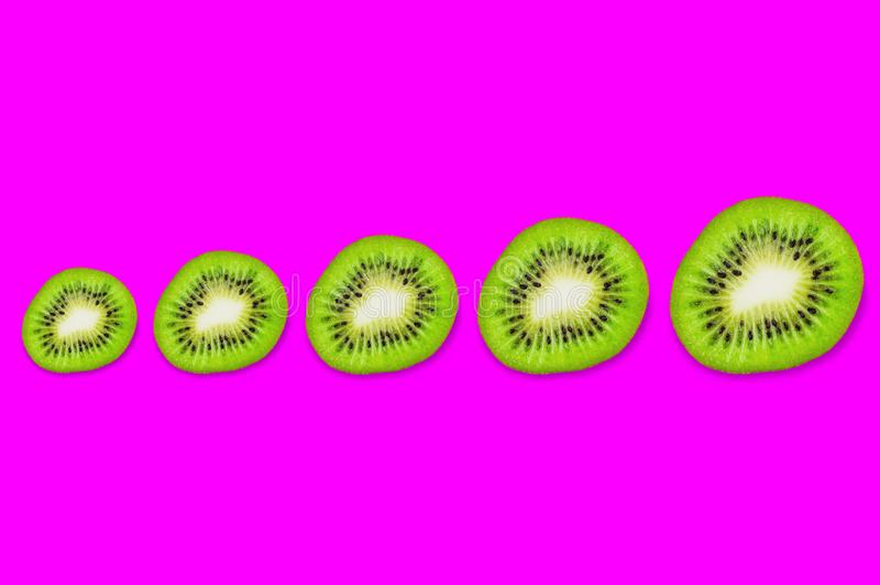 Υπόλοιπος κόσμος πέντε κομματιών του φρέσκου ώριμου ακτινίδιου από μικρό σε μεγάλο στοκ εικόνες