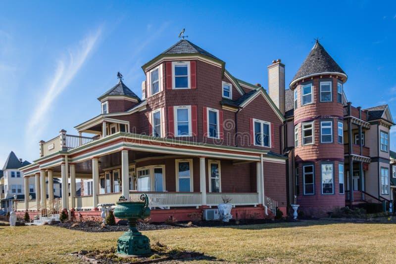 Ωκεάνιο άλσος, NJ, ΗΠΑ - 16 Φεβρουαρίου 2019: Ιστορικά βικτοριανά σπίτια στο ωκεάνιο άλσος μια ηλιόλουστη χειμερινή ημέρα στοκ εικόνα με δικαίωμα ελεύθερης χρήσης