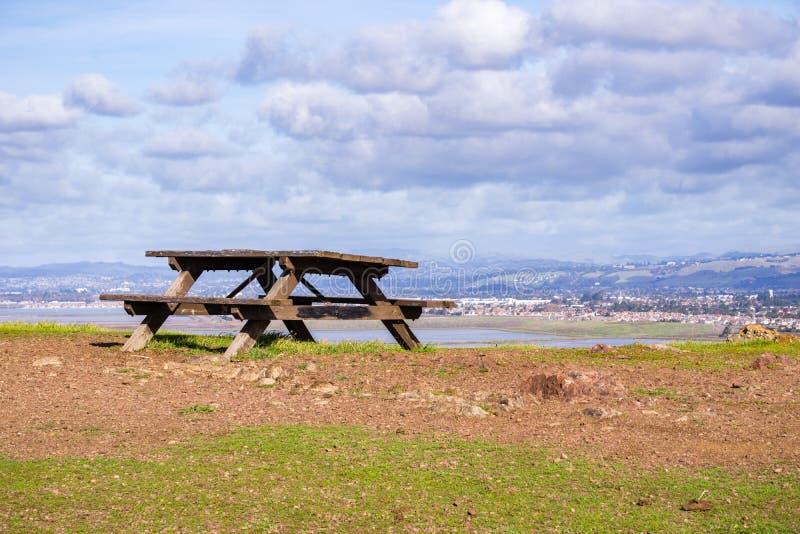 Πάγκος πικ-νίκ πάνω από το λόφο, περιφερειακό πάρκο λόφων κογιότ, περιοχή κόλπων του ανατολικού Σαν Φρανσίσκο, Fremont, Καλιφόρνι στοκ φωτογραφία με δικαίωμα ελεύθερης χρήσης