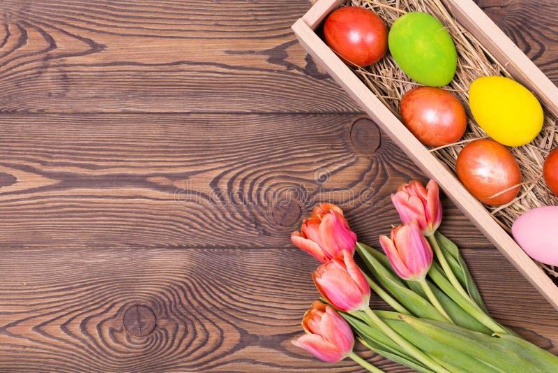 Πάσχα ευτυχές Συγχαρητήριο υπόβαθρο Πάσχας λουλούδια αυγών Πάσχας στοκ φωτογραφίες με δικαίωμα ελεύθερης χρήσης