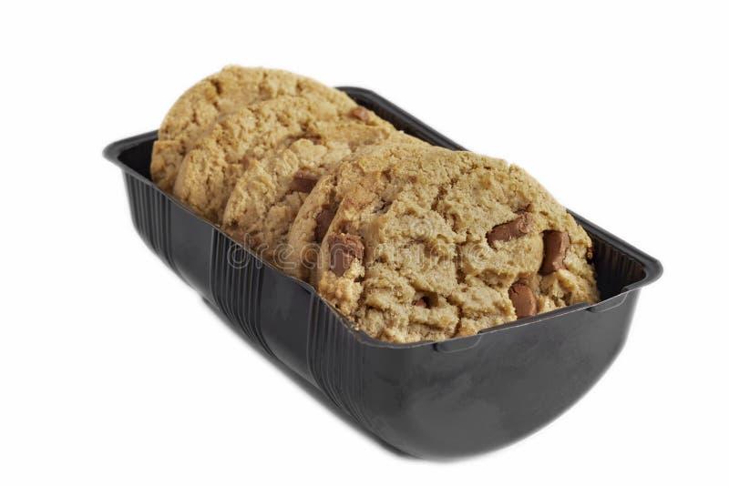 Πέντε κομμάτια των μπισκότων τσιπ σοκολάτας στο πλαστικό εμπορευματοκιβώτιο συσκευασίας στοκ φωτογραφία με δικαίωμα ελεύθερης χρήσης