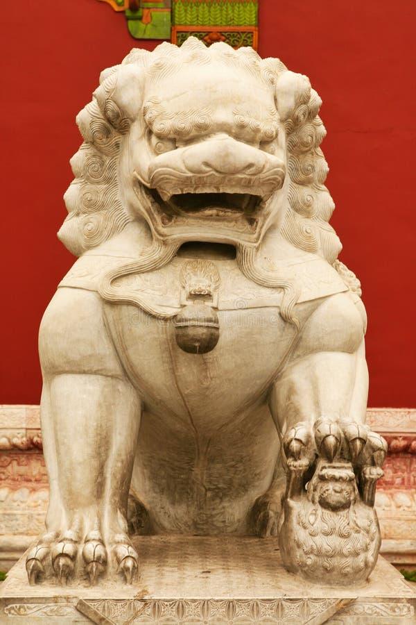 Πέτρινη λιονταρίνα που φρουρεί την είσοδο στο εσωτερικό παλάτι της απαγορευμένης πόλης Πεκίνο στοκ φωτογραφία