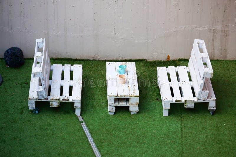 Πίνακας και καρέκλες στην οδό στοκ φωτογραφία με δικαίωμα ελεύθερης χρήσης