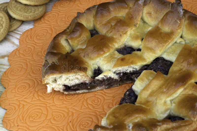 Πίτα, κεράσια, ξύλα καρυδιάς και μπισκότα μαρμελάδας της Apple στον πίνακα στοκ εικόνες με δικαίωμα ελεύθερης χρήσης